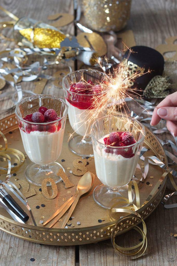 Weißes Schokomousse ohne Ei mit Cranberrysauce als Dessert im Glas serviert von Sweets & Lifestyle®