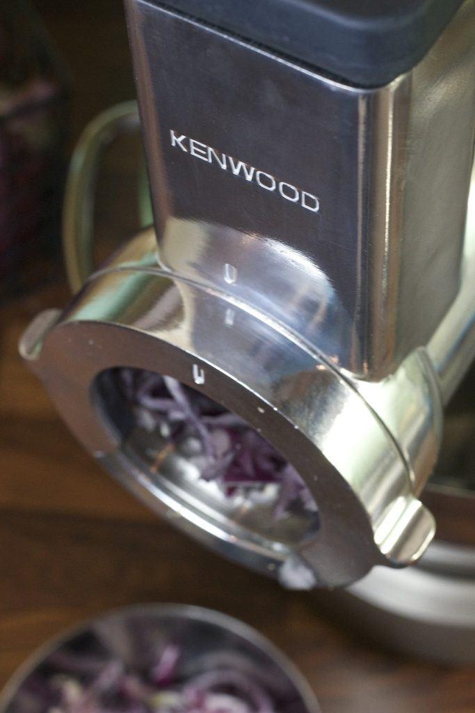 Zwiebel schneiden mit der Kenwood Trommelraffel von Sweets & Lifestyle®