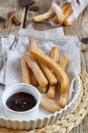 Leckere Churros mit Schokoladensauce nach einem Rezept von Sweets & Lifestyle®