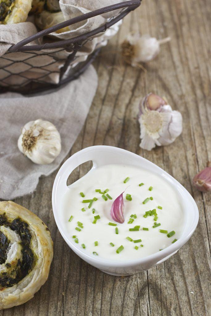 Knoblauchsauce als Beilage zu den Blätterteigschnecken mit Spinat und Feta von Sweets & Lifestyle®