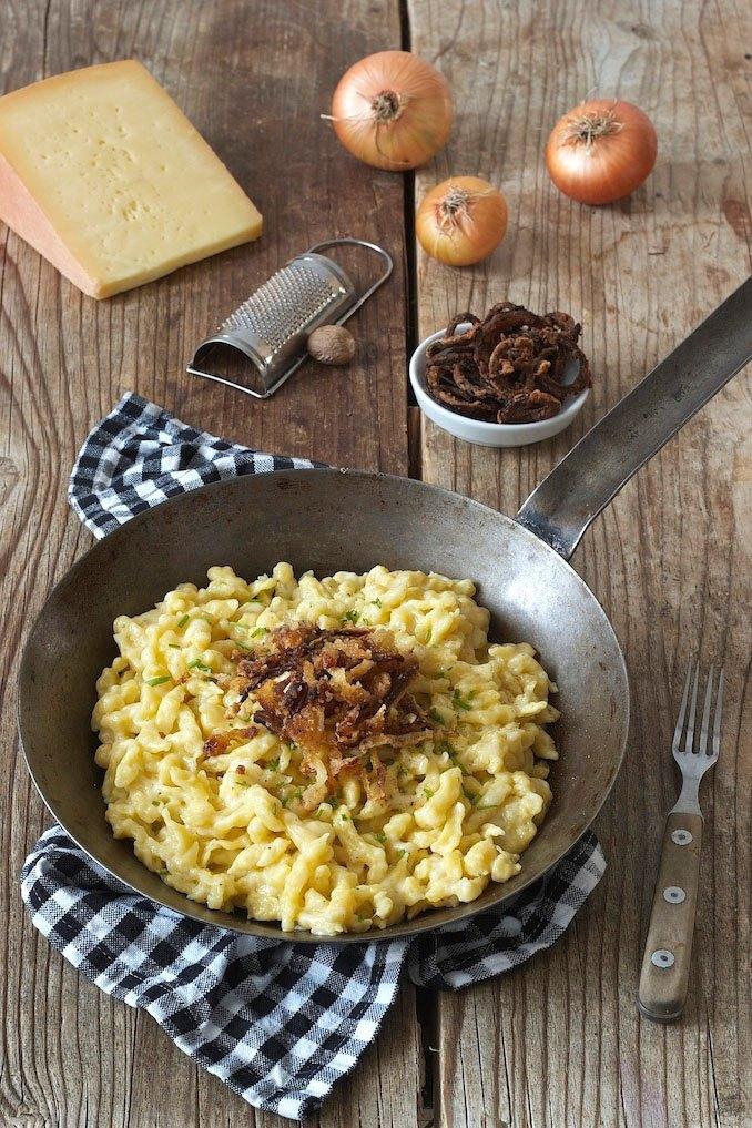 Käsespätzle mit Röstzwiebeln in der Pfanne serviert von Sweets & Lifestyle®