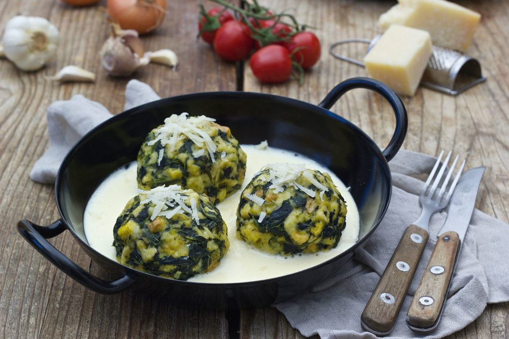 Spinatknödel mit Käsesauce - Rezept - Sweets & Lifestyle®