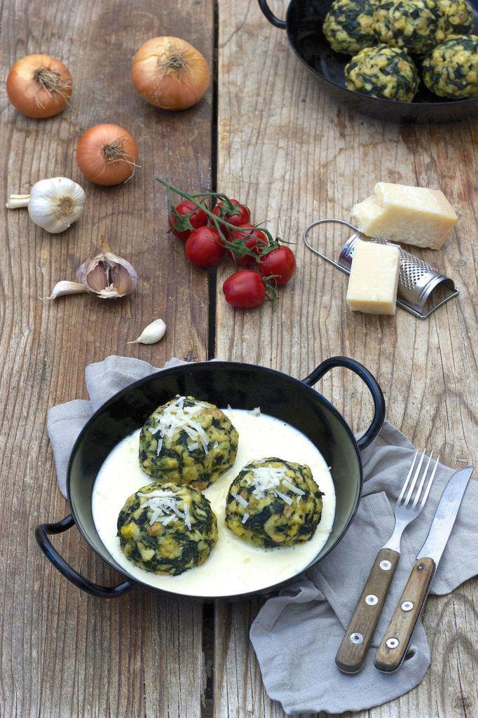 Selbst gemachte Spinatknödel serviert mit Käsesauce von Sweets & Lifestyle®