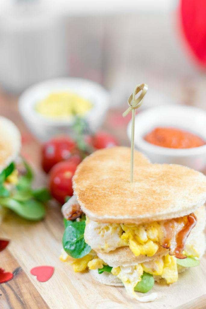 Toastburger mit Eierspeise und Speck als Frühstück am Valentinstags von Sweets & Lifestyle®