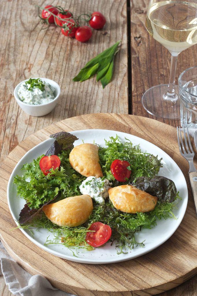 Bärlauchtascherl aus Topfenteig serviert mit frischem Salat von Sweets & Lifestyle®