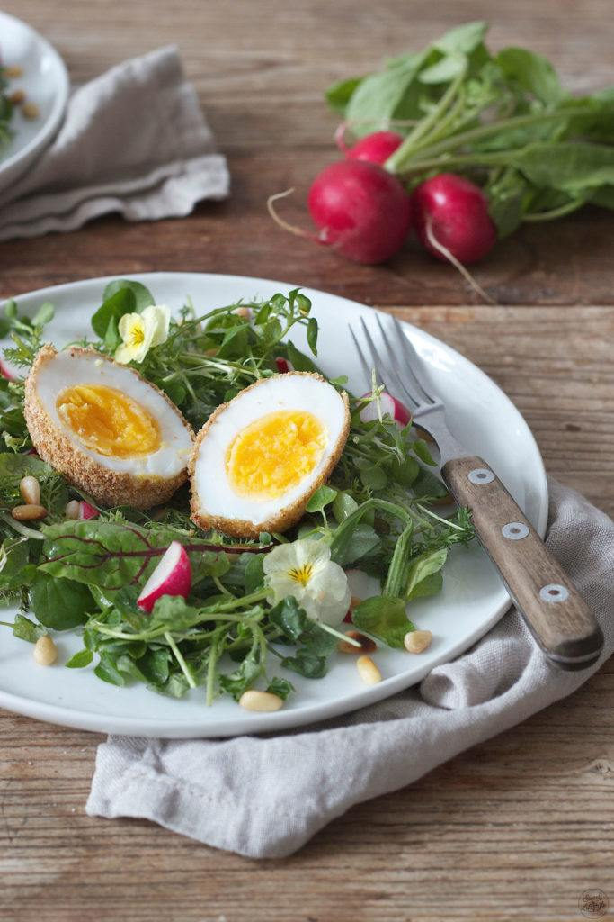 Gebackenes Ei auf frühlingshaftem Salatbett von Sweets & Lifestyle®