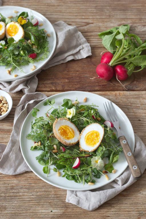 Gebackenes Ei auf Salatbett serviert von Sweets & Lifestyle®