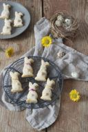 Gezuckerte Osterhasen aus fluffigen Topfen Öl Teig von Sweets & Lifestyle®