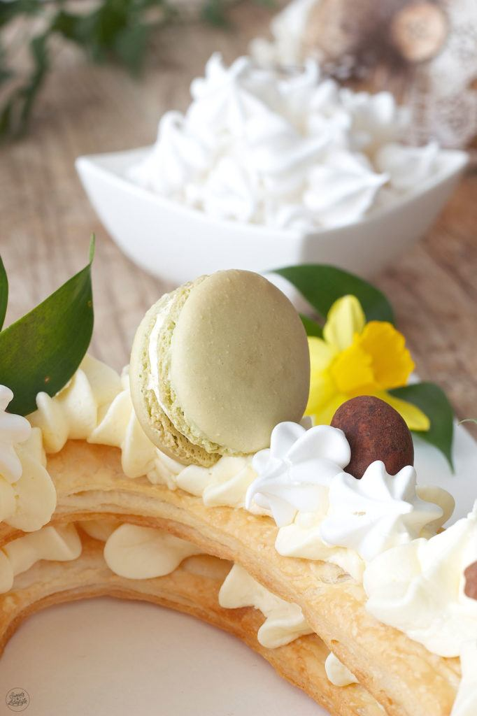 Macaron als Verzierung auf der Letter Cake Ostertorte von Sweets & Lifestyle®