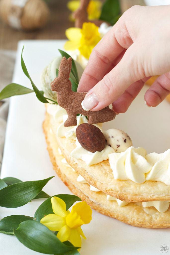Osterhase aus Mürbteig auf dem Letter Cake von Sweets & Lifestyle®