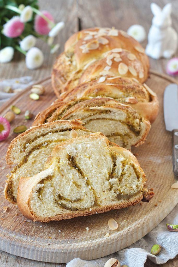 Rezept für einen Osterzopf mit Pistazien und Marzipanfüllung von Sweets & Lifestyle®