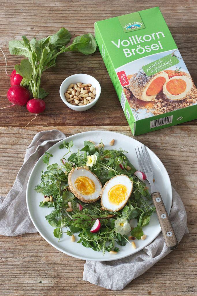 Paniertes Ei auf Blattsalat serviert von Sweets & Lifestyle®