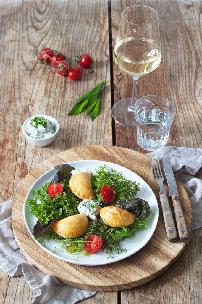 Topfentascherl mit Bärlauch Frischkäse gefüllt auf Salatbett von Sweets & Lifestyle®
