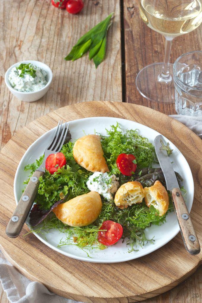 Topfenteigtaschen mit Bärlauch Frischkäse gefüllt auf Salatbett serviert von Sweets & Lifestyle®