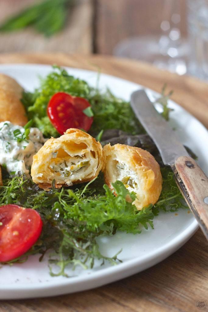 Topfenteigtascherl mit Bärlauch Frischkäse Füllung gefüllt serviert mit Salat von Sweets & Lifestyle®