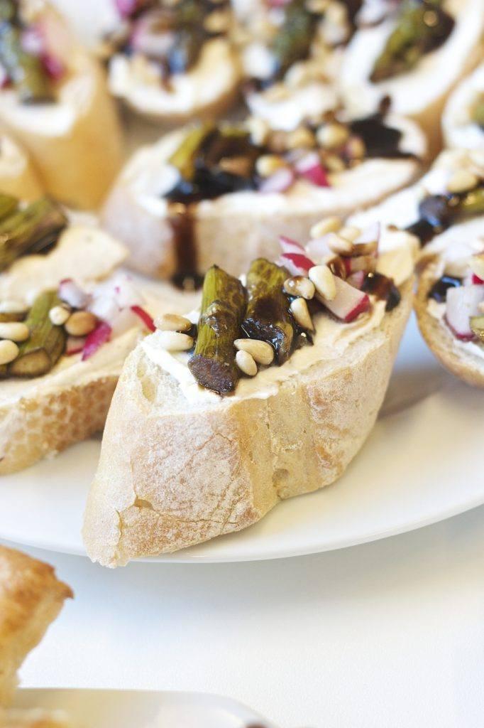 Bruschetta mit grünem Spargel, Radieschen und gerösteten Pinienkernen von Sweets & Lifestyle®