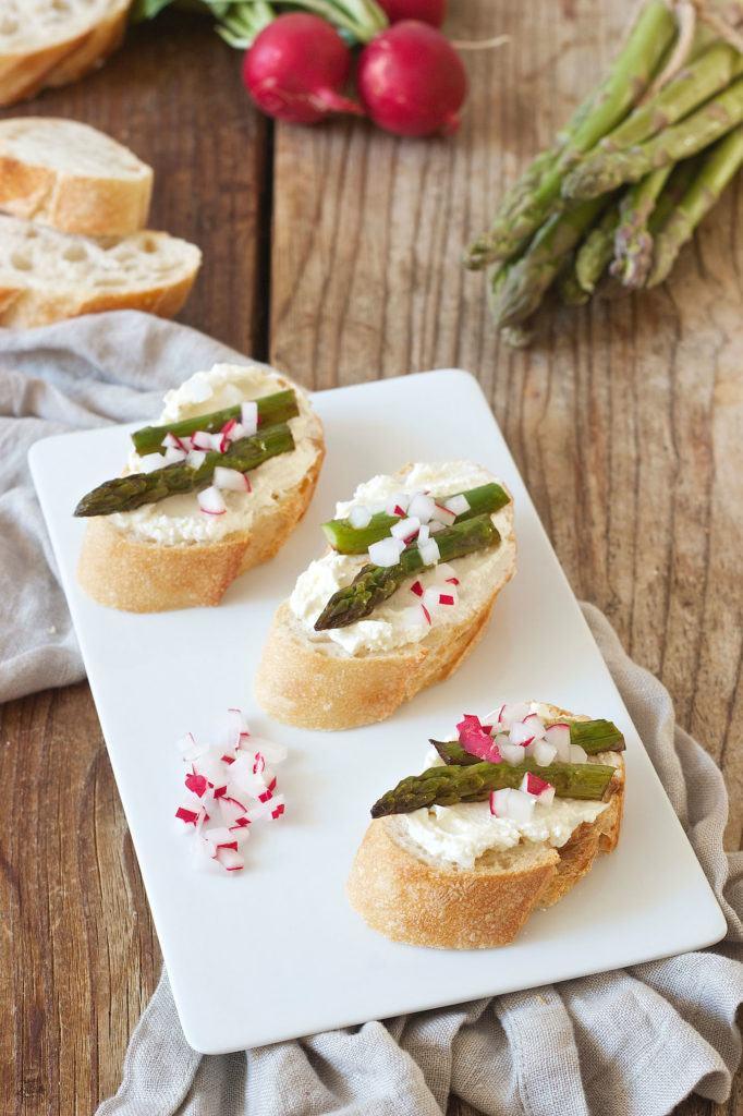 Bruschetta mit grünem Spargel als Vorspeise von Sweets & Lifestyle®