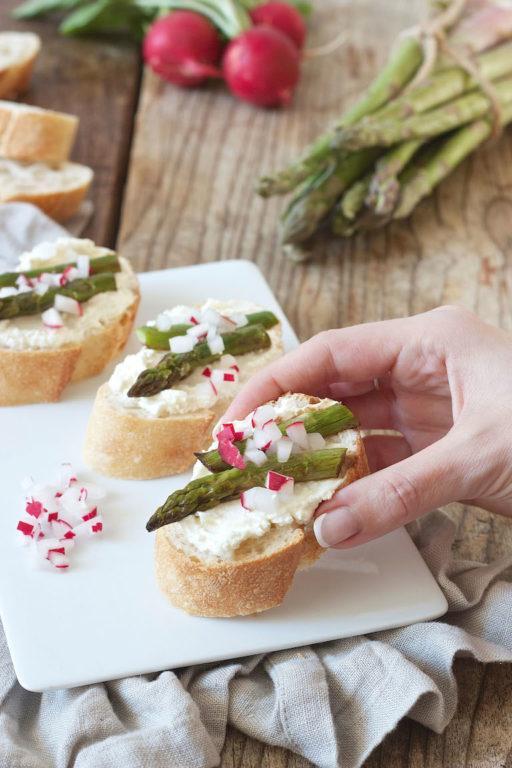 Bruschetta mit grünem Spargel und Radieschen von Sweets & Lifestyle®