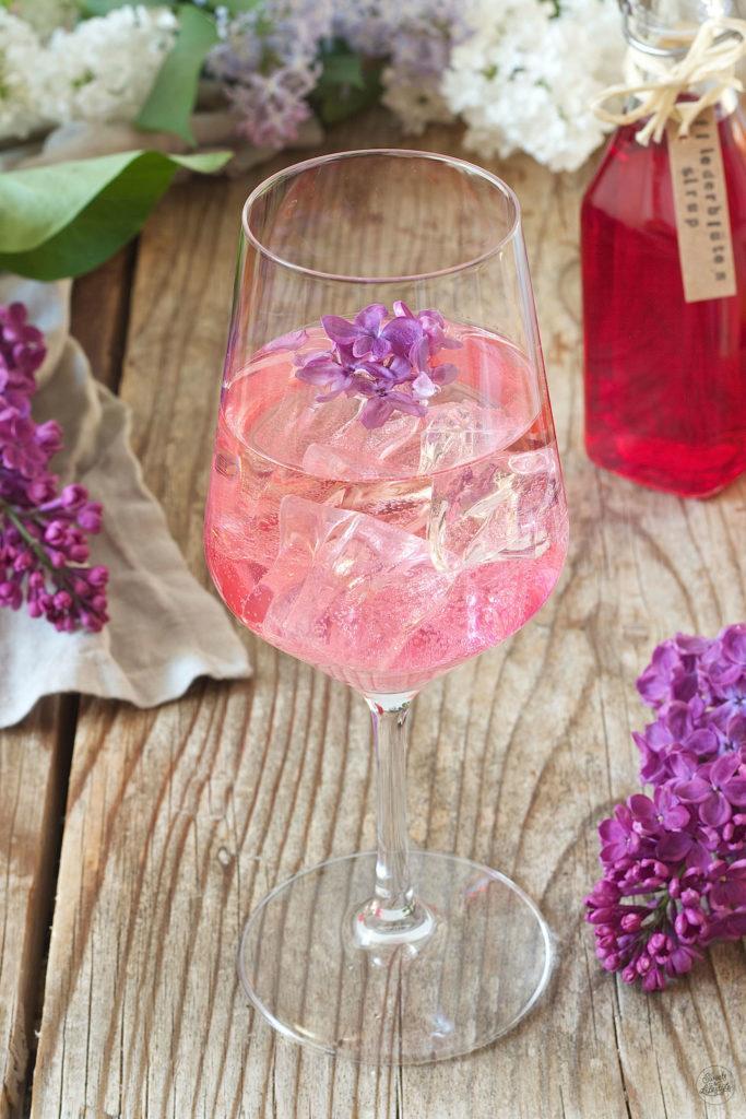 Fliederspritzer verfeinert mit selbst gemachtem Fliedersirup von Sweets & Lifestyle®