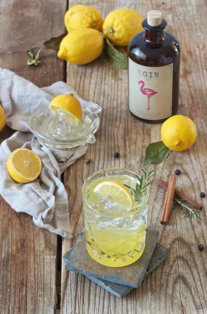 Gin Fizz mit Weinviertel Gin der Brennerei Kraus und selbst gemachten Zitronensirup von Sweets & Lifestyle®
