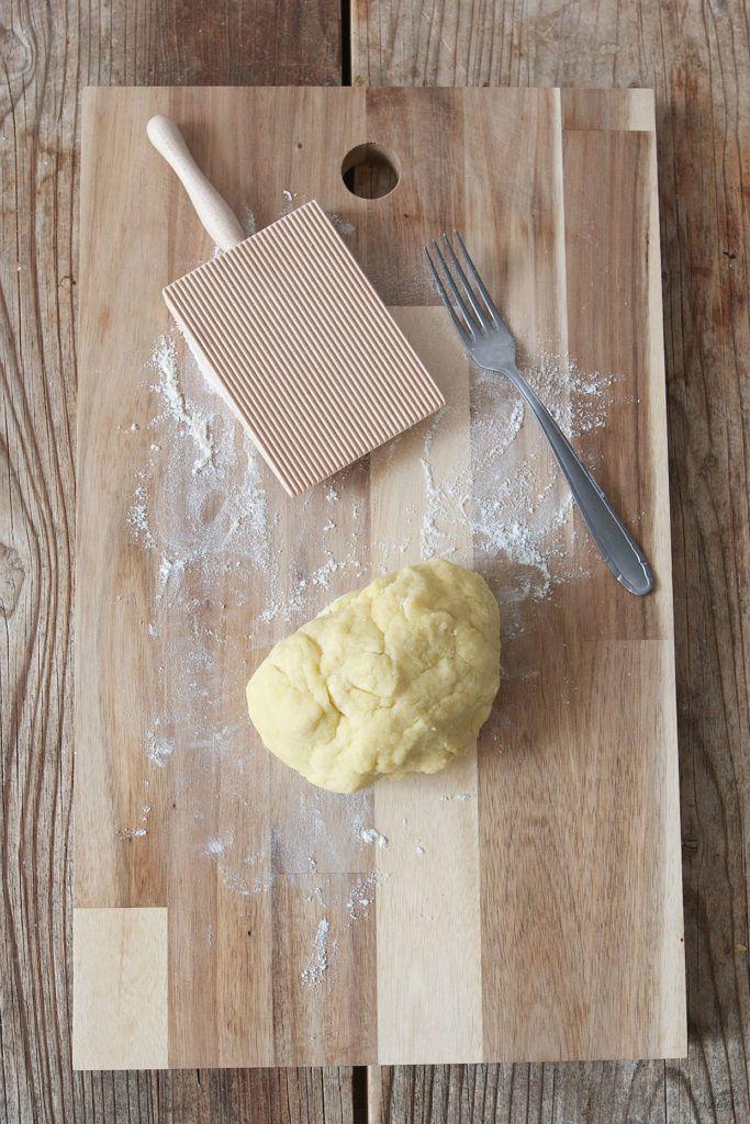 Gnocchi formen mit einem Gnocchi Brett oder einem Gabelrücken wie Sweets & Lifestyle®