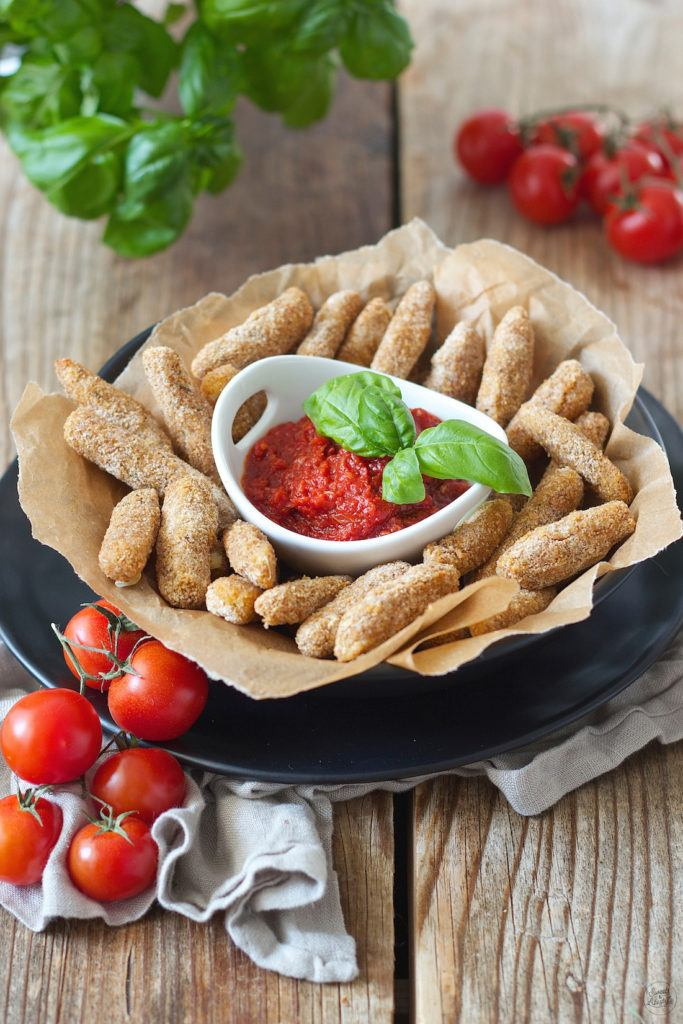 Knusprige Mozzarella Sticks mit Tomatendip als Fingerfood von Sweets & Lifestyle®