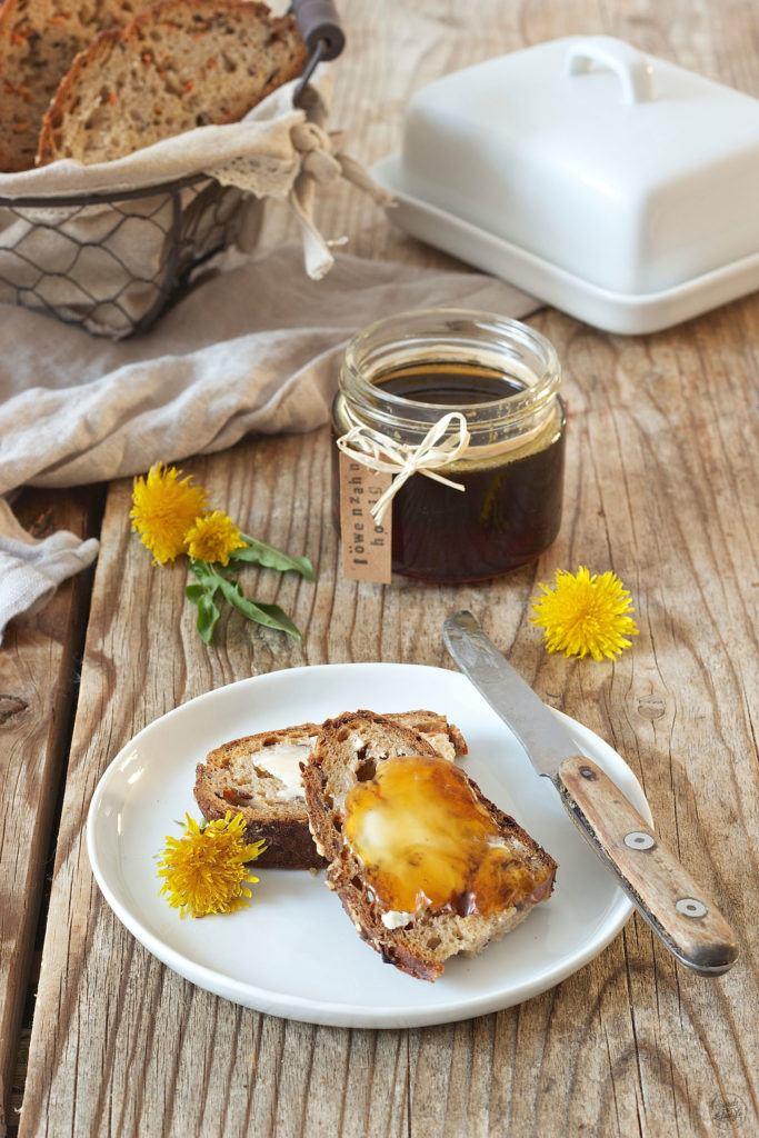 Selbst gemachter Löwenzahnhonig am Brot mit Butter von Sweets & Lifestyle®