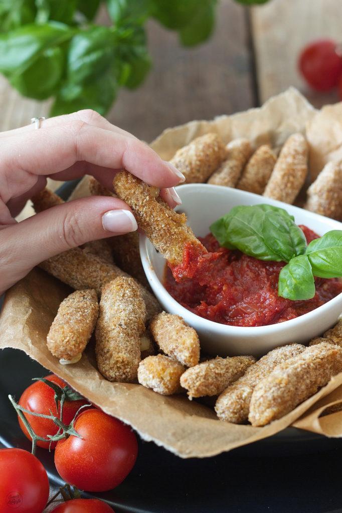 Würzige Mozzarella Sticks mit Tomatendip als Partyfood von Sweets & Lifestyle®