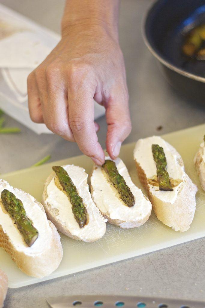 Zubereitung von Bruschetta mit grünem Spargel und Radieschen beim Fingerfood Kochkurs von Sweets & Lifestyle®