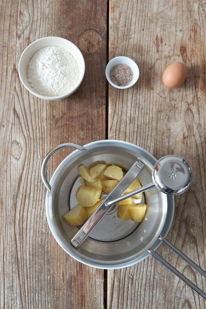 gekochte Erdäpfel durch eine Erdäpfelpresse pressen für den Gnocchiteig von Sweets & Lifestyle®