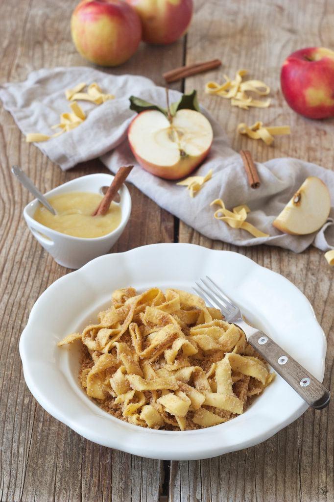 Bröselnudeln serviert mit Apfelmus von Sweets & Lifestyle®