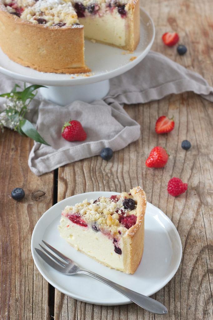 Ein Stück von der cremigen Dinkel-Topfentorte mit Beeren von Sweets & Lifestyle®