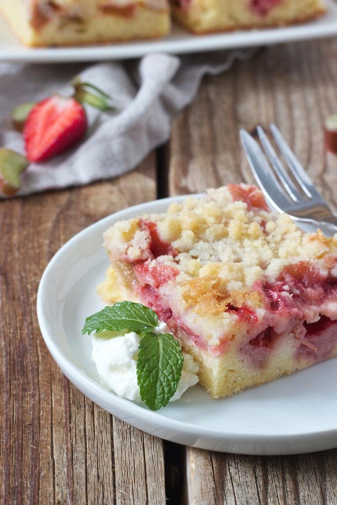 Erdbeer Rhabarber Kuchen mit Streusel als Blechkuchen von Sweets & Lifestyle®