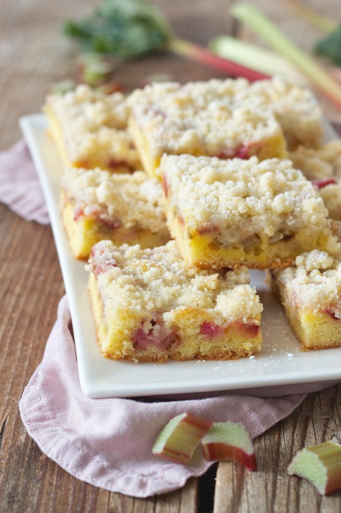 Rezept für einen einfachen Rhabarberkuchen mit Streusel von Sweets & Lifestyle®
