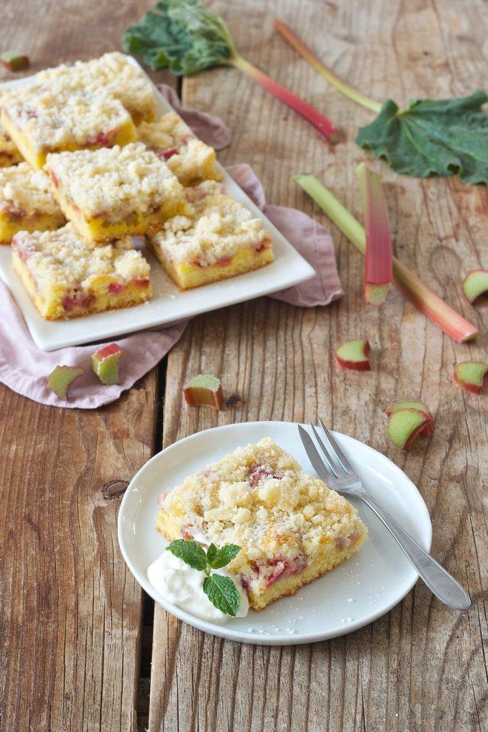 Rhabarberkuchen mit Streusel vom Blech nach einem Rezept von Sweets & Lifestyle®