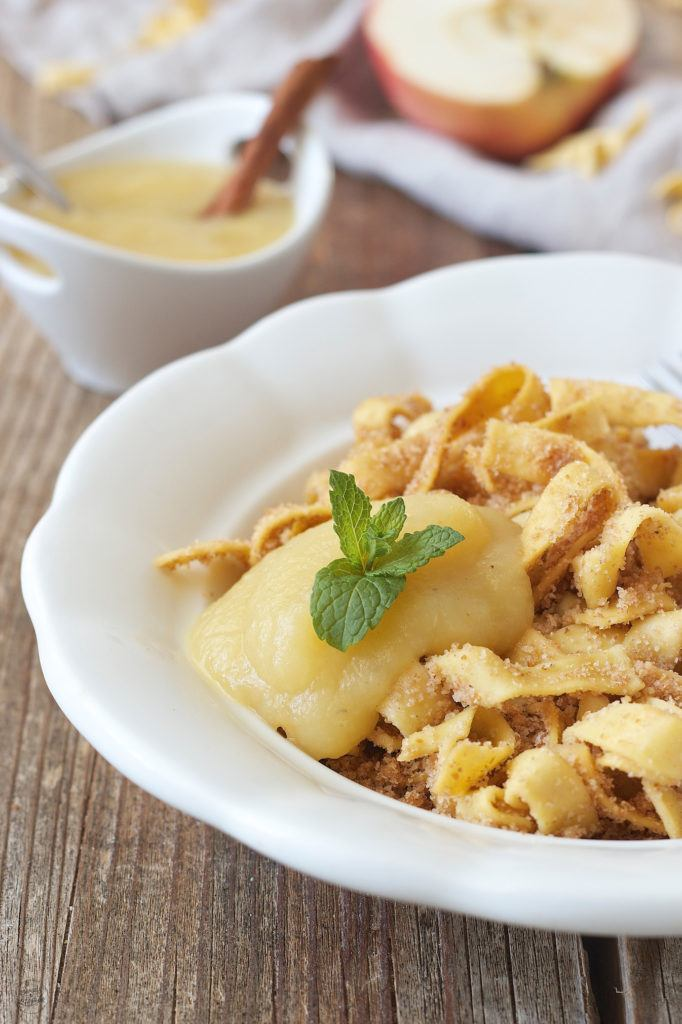 Selbst gemachtes Apfelmus serviert zu Bröselnudeln von Sweets & Lifestyle®
