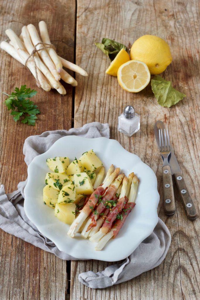 Weißer Spargel in Proscittuo (Parmaschinken) eingewickelt und mit Petersilkartoffeln serviert von Sweets & Lifestyle®