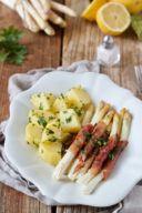 Weißer Spargel mit Proscuitto von Weißer Spargel in Parmaschinken eingewickelt und mit Petersilkartoffeln serviert von Sweets & Lifestyle®