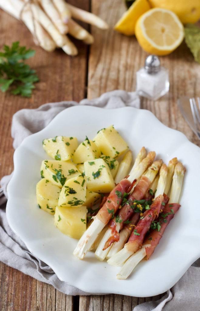Weißer Spargel mit Prosciutto umwickelt und Petersilkartoffeln von Sweets & Lifestyle®