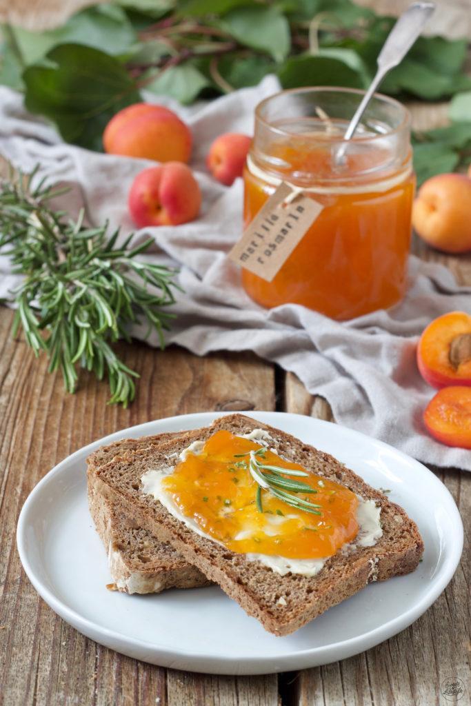 Aprikosenkonfitüre mit Rosmarin verfeinert nach einem Rezept von Sweets & Lifestyle®