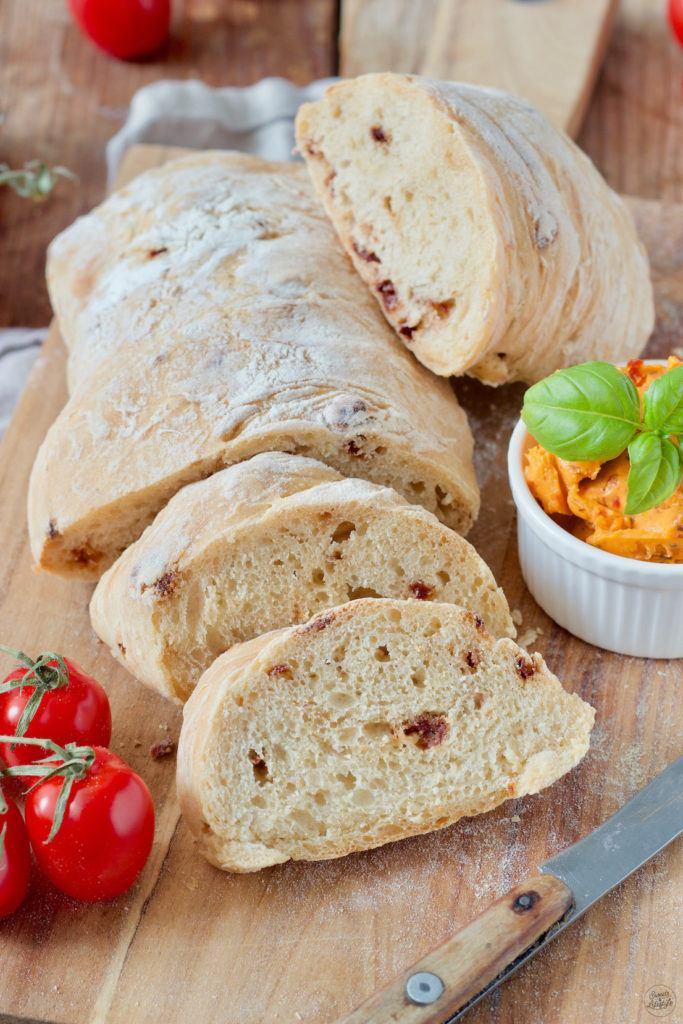 Ciabatta Brot Rezept mit getrockneten Tomaten und Basilikum von Sweets & Lifestyle®