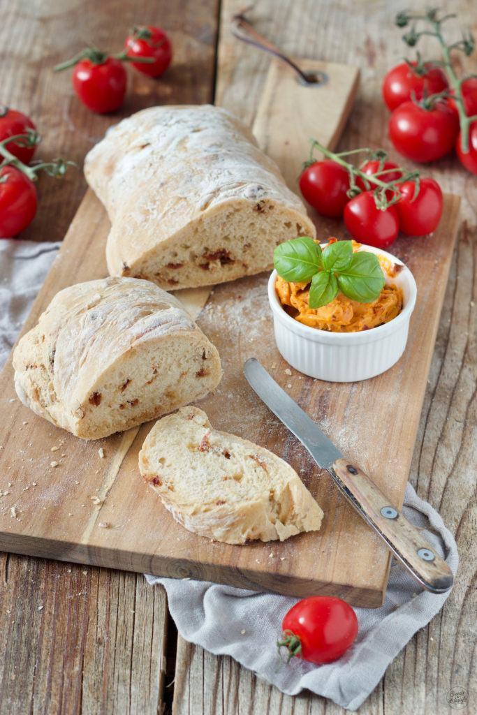 leckeres Ciabatta Brot mit getrockneten Tomaten und Basilikum nach einem Rezept von Sweets & Lifestyle®