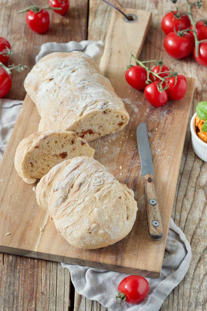 Ciabatta mit getrockneten Tomaten und Basilikum nach einem Rezept von Sweets & Lifestyle®