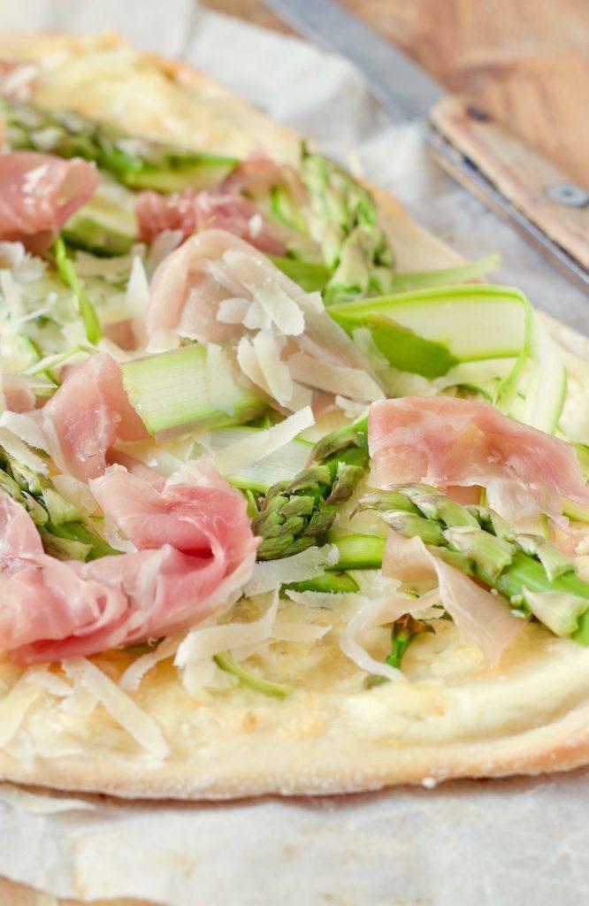 Flammkuchen mit grünem Spargel und Prosciutto von Sweets & Lifestyle®
