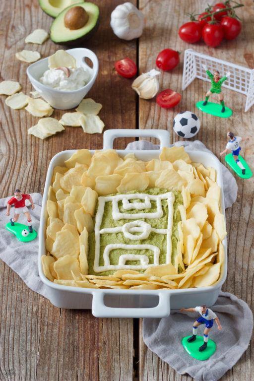Guacamole Fussballstadion mit Crackern als Fingerfood von Sweets & Lifestyle®