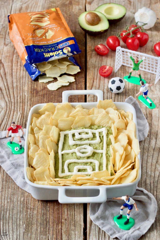 Guacamole Fussballstadion mit Crackern als Fingerfood zum Fussball schauen von Sweets & Lifestyle®