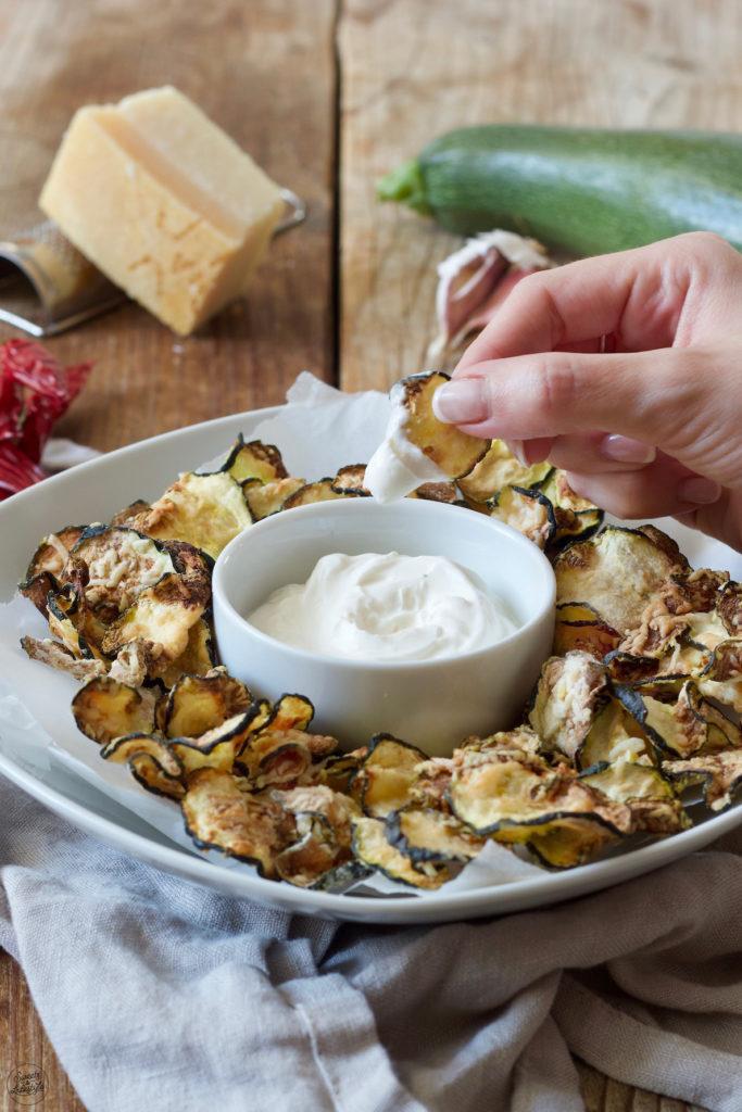 Knusprige Zucchini Chips mit Parmesan aus dem Backofen von Sweets & Lifestyle®