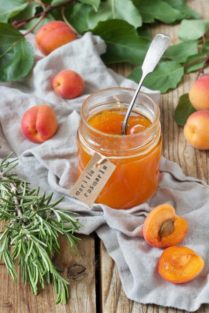 Marillenmarmelade mit Rosmarin nach einem Rezept von Sweets & Lifestyle®