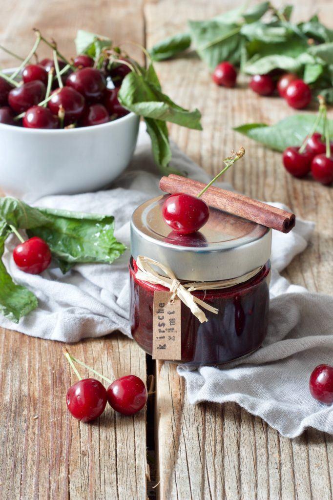 Selbst gemachte Kirschmarmelade mit Zimt verfeinert nach einem Rezept von Sweets & Lifestyle®