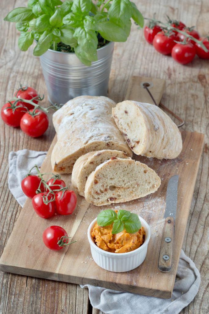 Tomatenbutter Rezept mit getrockneten Tomaten und Basilikum von Sweets & Lifestyle®